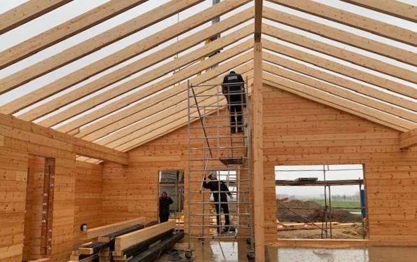 Der Dachstuhl des Wohnblockhauses aus Finnland ist in Bayern ist fertig - Zimmerei - Blockhaus Meister
