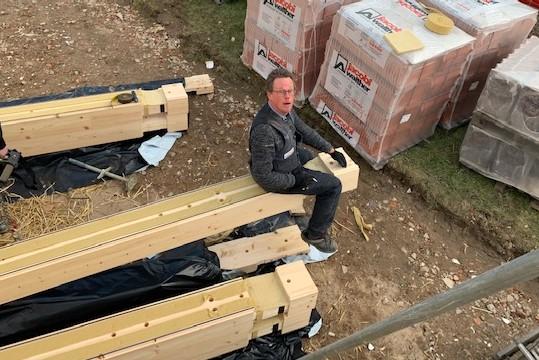 Holzhaus Brandt - Die Bausatz Lieferung aus Finnland ist angekommen - Montagevorbereitung - Blockhausbauer bei der Arbeit
