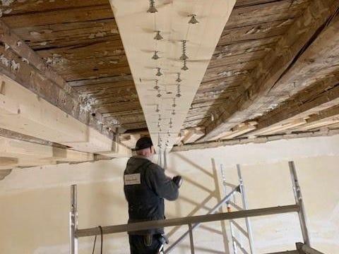Ob die einfache Sanierung von Holzdecken, Dachstühlen etc. oder die denkmalgerechte Sanierung historischen Wandverkleidungen, wir haben die Erfahrung.