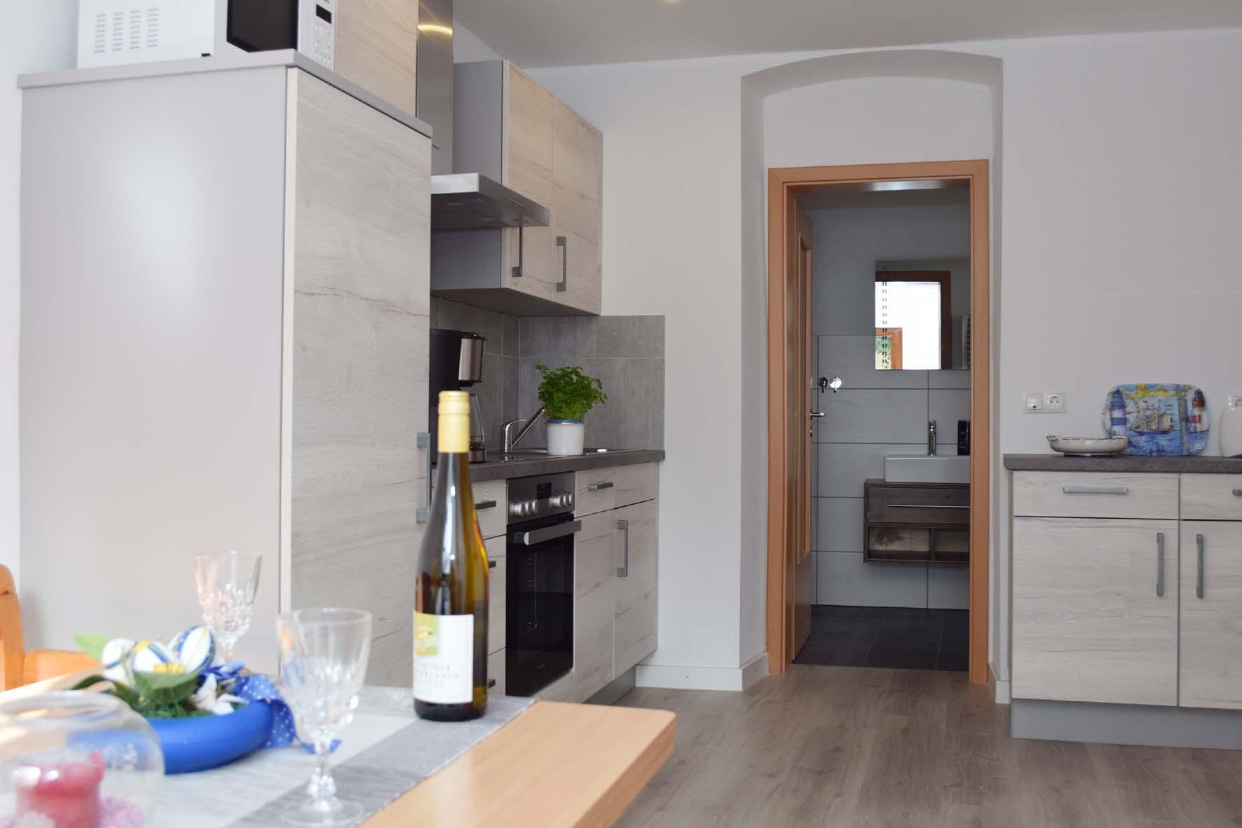 Küche und Zugang zum Bad