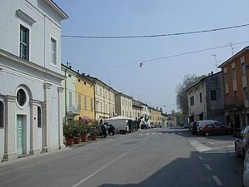 Pro Loco Sissa - Via Matteotti in primo piano Oratorio del Crocifisso