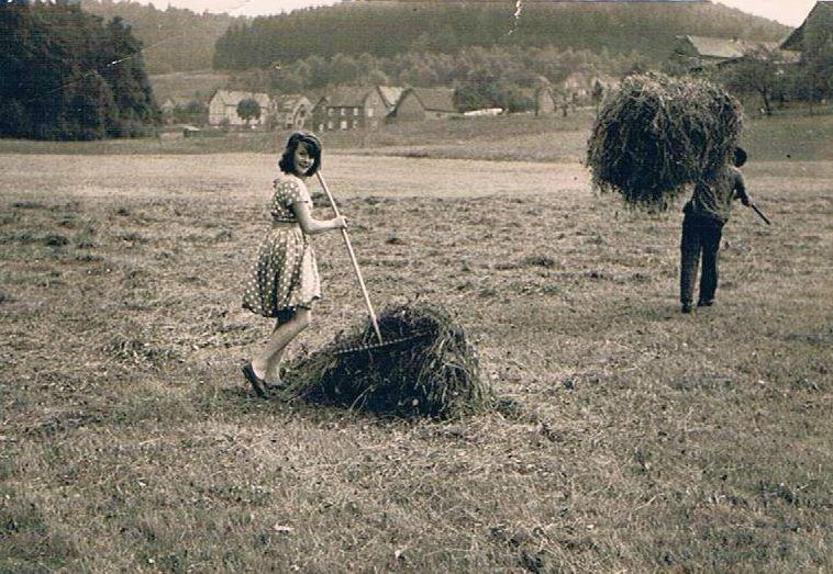 Doris Lettermann bei der Heuernte
