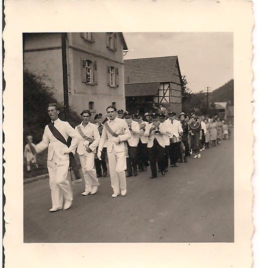 Kirmesfestzug vor dem Hof Vöbel (im Vordergrund Karl Lange und Willi Damm)