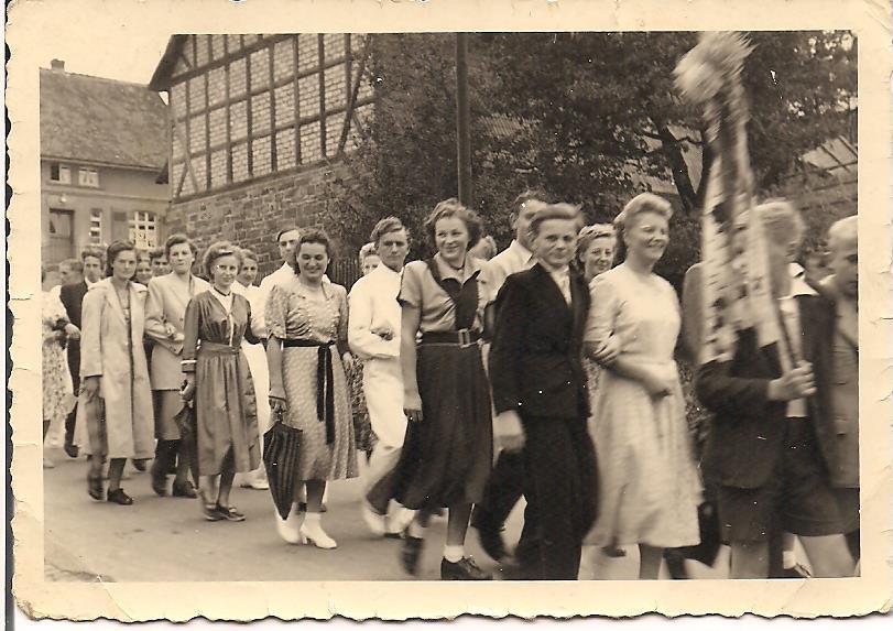 Kirmesfestzug vor dem Hof Vöbel (im Vordergund Thomas Kopp und Else Lange)