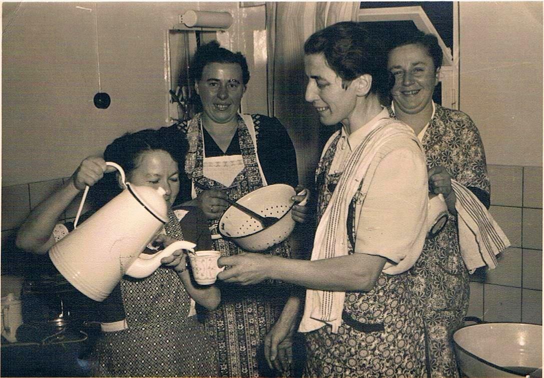 Frau Schneider, Frau Lettermann, Frau Haffner und Frau Mankel bei Vorbereitungen zur Hochzeitsfeier
