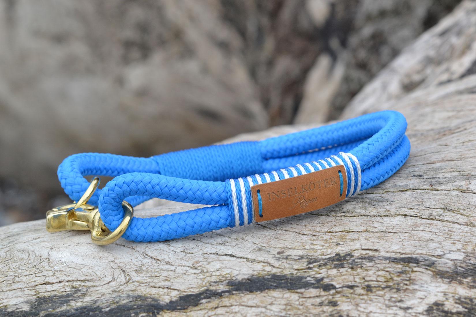 Halsband in azurblau aus Tauwerk. Kreidefelsen auf Ruegen
