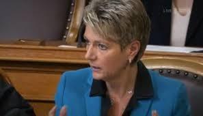 Auch Karrierefrauen wie Karin Keller-Sutter, FDP-Ständerätin aus dem Kanton St. Gallen, erhielte eine Rente, wenn sie Witwe würde.