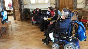 IV-Rentner verfolgen in der Wandelhalle die IV-Debatte.