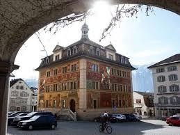 Der Kanton Schwyz hat die tiefsten Quellensteuern. Im Bild: Das Ratshaus in Schwyz.