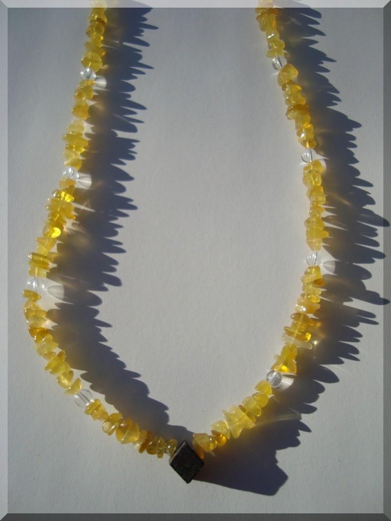 Edelstein Halskette. Opal-Mittelstein aus der Andamoka-Miene (Australien). Kombiniert mit gelben Opal-Splitter und Bergkristall.