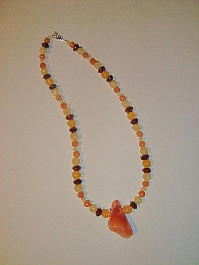 Orangencalcit, Aventurin, Jaspis mit Karneolanhänger