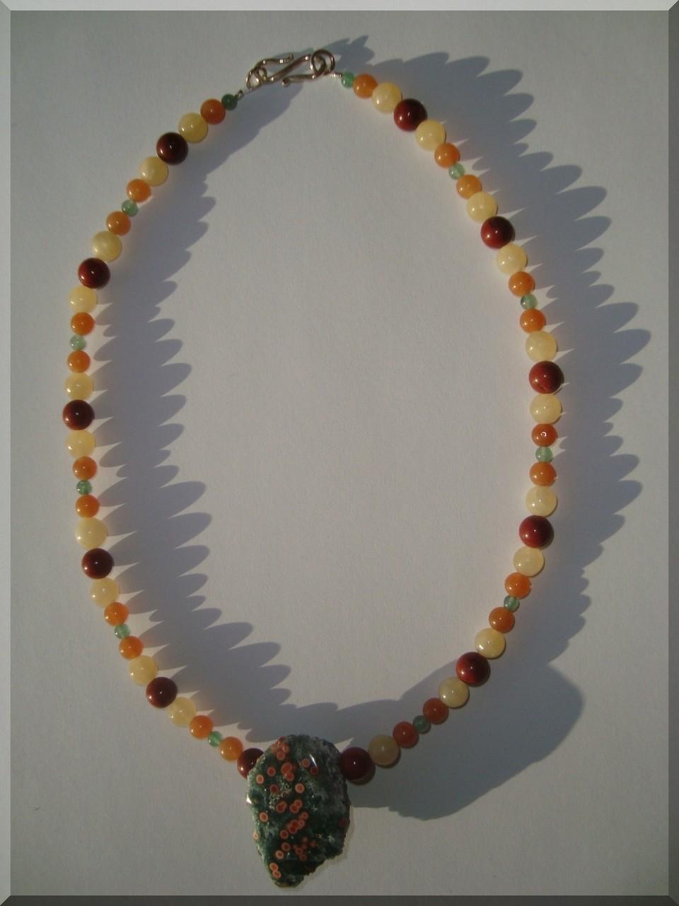 Edelstein Halskette mit Jaspis, Aventurin, Calcit.  Der Mittelstein ist ein Ozeanjaspis
