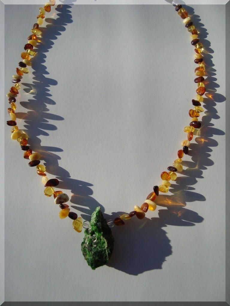 Edelstein Halskette. Chromdiopsid (GKS). Kombiniert mit Bernstein-Tropfen und Bergkristall.