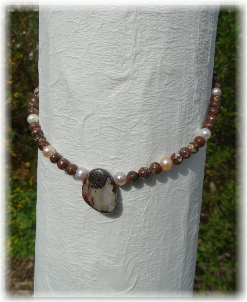 Edelstein Halskette. Der Mittelstein ist ein Boulderopal. Kombiniert mit Jaspis und Zuchtperlen.