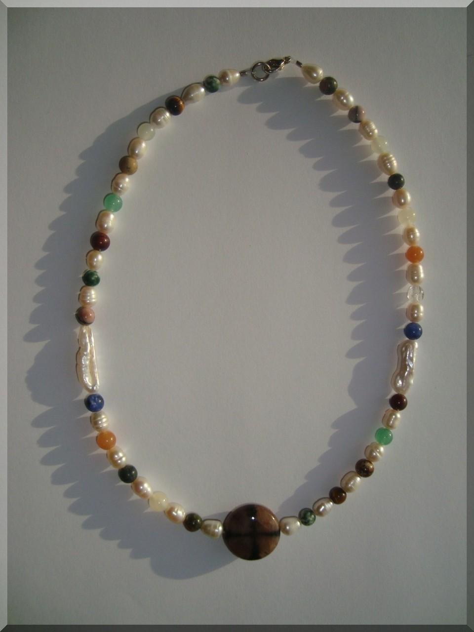 Edelstein Halskette. Perlen Mix - ca. 8mm. Der Mittelstein ist ein Chiasolith.
