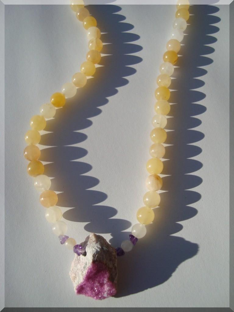 Edelstein Halskette. Der Mittelstein ist ein Kobaldcalcit (GKS) Rohstein. Kombiniert mit Calcit, Gelb und Amethyst-Splitter.