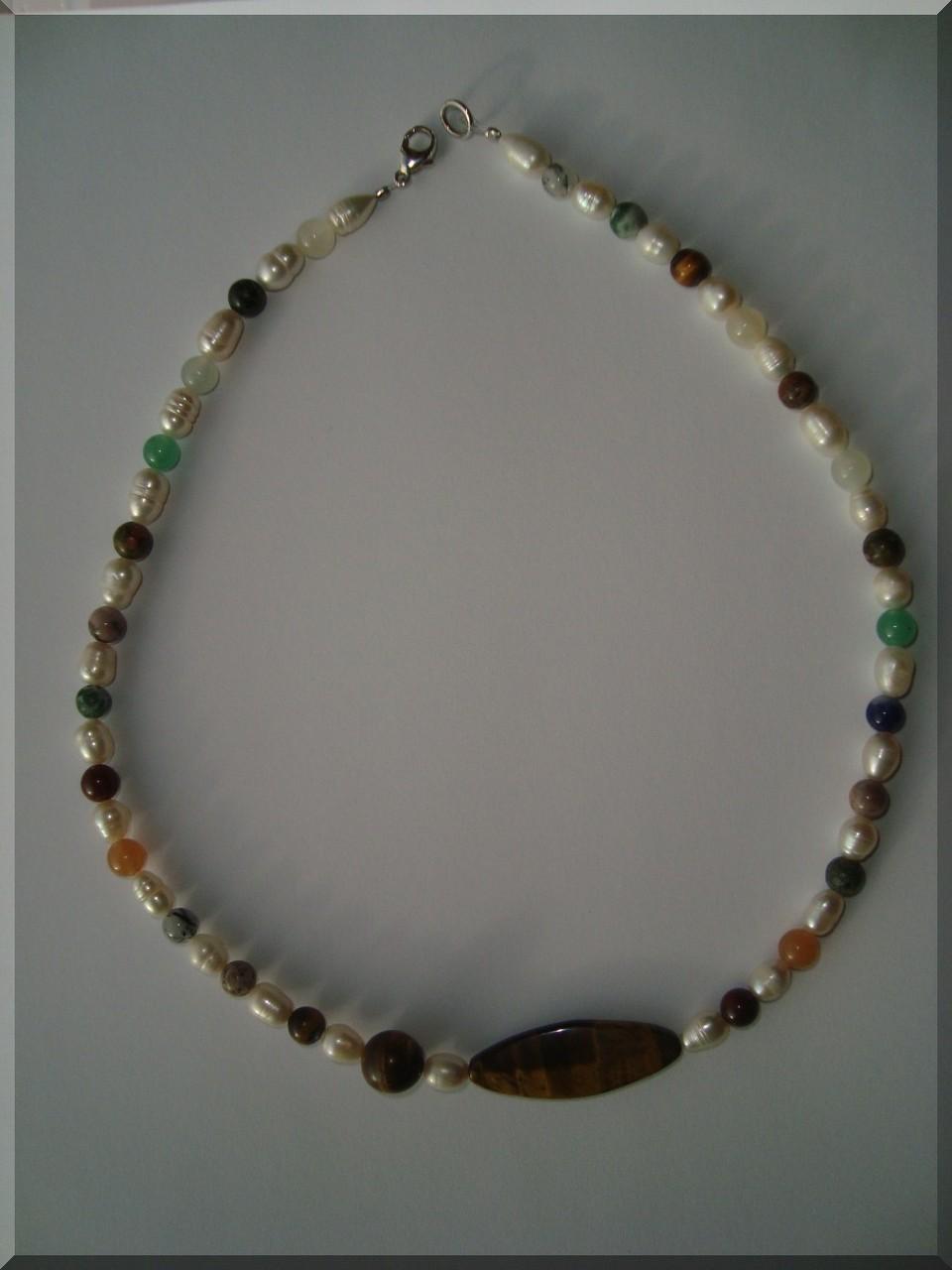 Edelstein Halskette. Perlen Mix - ca. 8mm. Der Mittelstein ist ein Tigerauge.