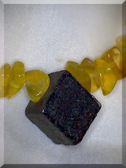 Edelstein Halskette. Der Opal-Mittelstein ist  aus der Andamoka-Miene (Australien).