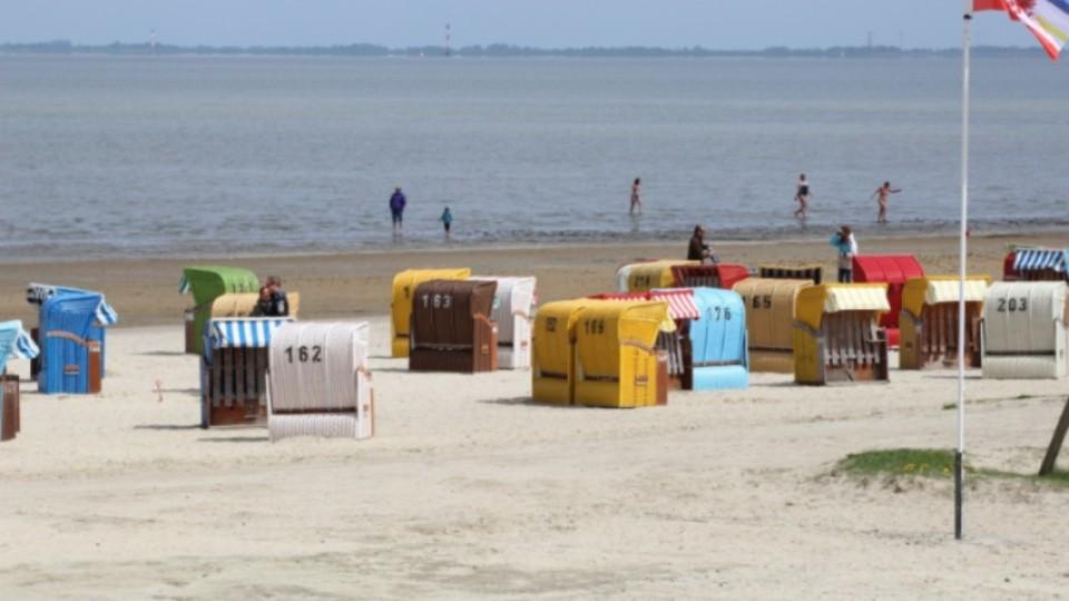 Strandkörbe nähe Strandbar