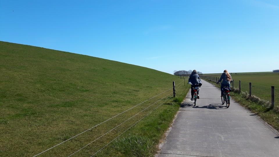 Mit dem Fahrrad von der Ferienwohnung Richtung Vareler Hafen