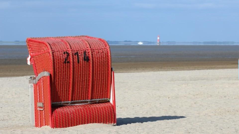 Sandstrand mit Blick auf den Leuchtturm Arngast
