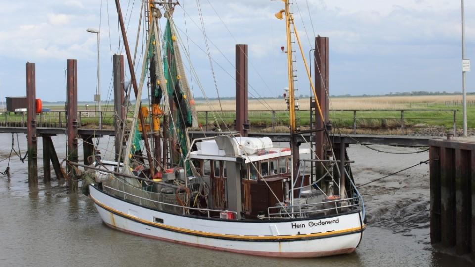 Fischerboot vor der Schleuse zum Vareler Hafen