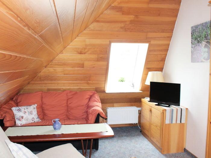 Sitzecke mit Fernseher im Dachgeschoss