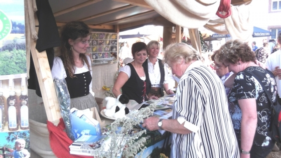 Julia Kern und Ursula Kritsch vom Rhönforum e. V. berieten gemeinsam mit Beatrice Döll (Biosphärenreservat Rhön) die zahlreichen Besucher