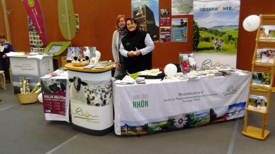 Jeannette Bräutigam, Verwaltungsgemeinschaft Hohe Rhön (l.) und Regina Filler vom Rhönforum e. V. am Gemeinschaftsstand Rhön.