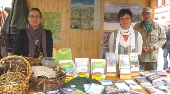 Romy Hartmüller und Ursula Kritsch am Infostand (im Hintergrund Robert Trautwein)