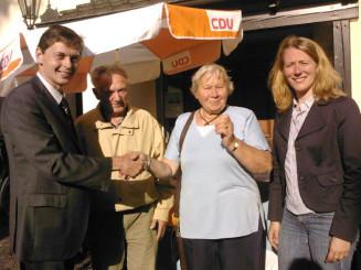 Harald Lenßen (links außen) und Kerstin Radomski (rechts) gratulieren der Gewinnerin Irmgard Spieß.