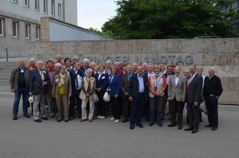 Die Reisegruppe mit thüringischen Regierungsvertretern (vorne rechts) vor dem Thüringer Landtag in Erfurt.