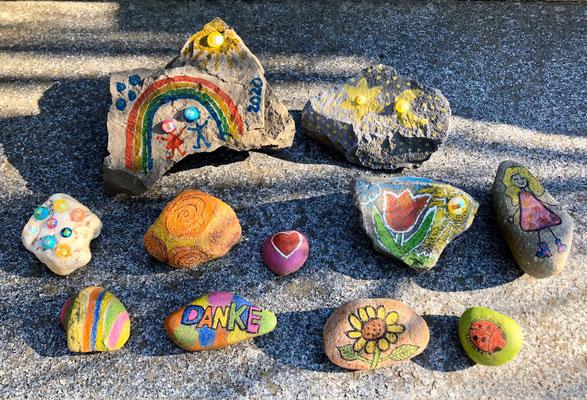 Diese Steine haben Frau Verch und ihre Tochter, die Abiturientin Amelie, gestaltet.