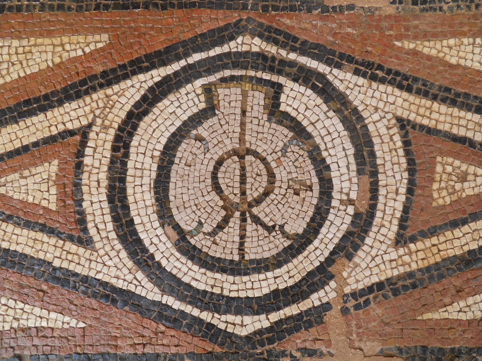 Detalle de mosaicos: monograma de la familia IRRICO