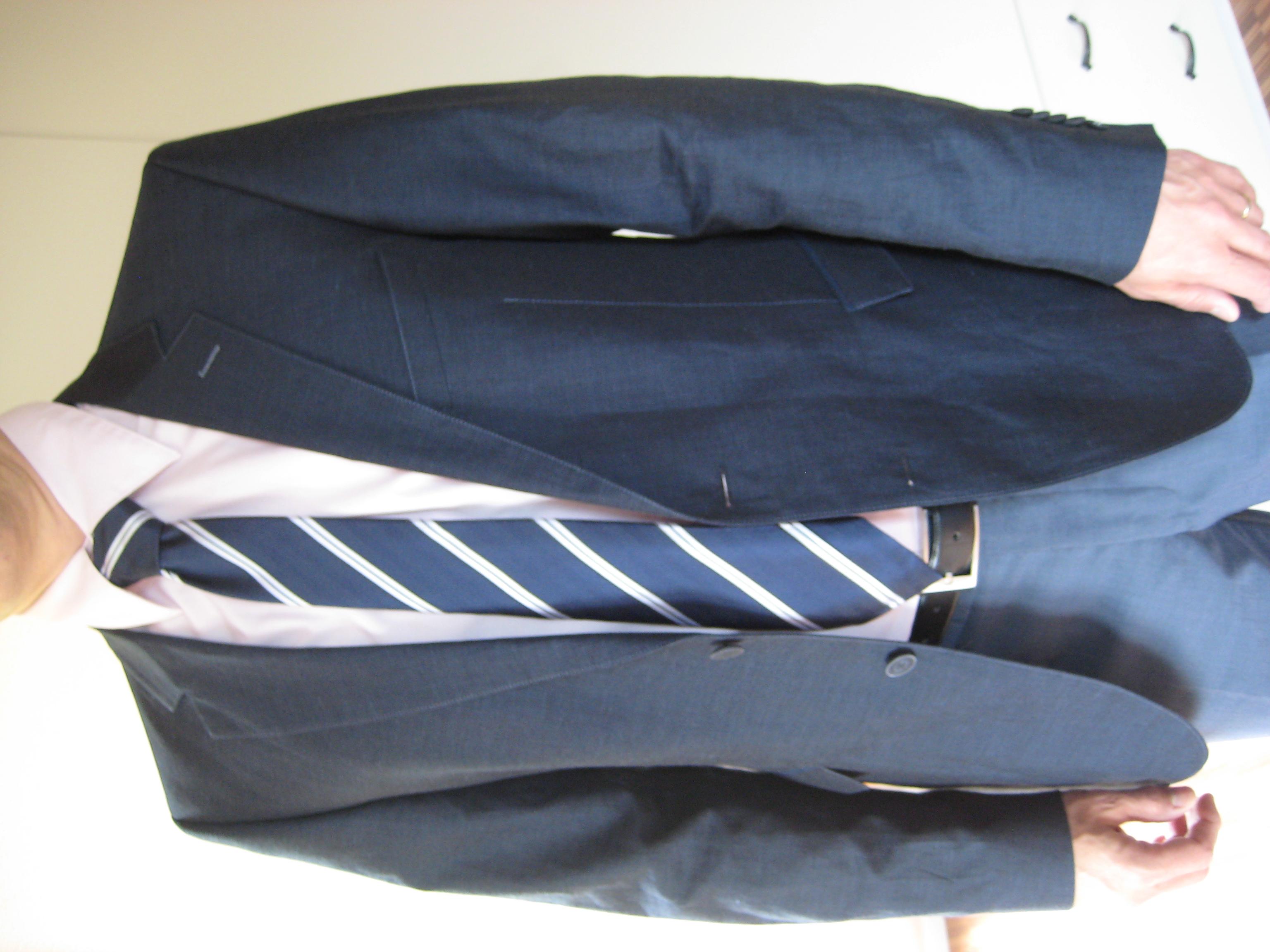 Gerade richtig, wenn die Spitze der Krawatte die Gürteschnalle berührt