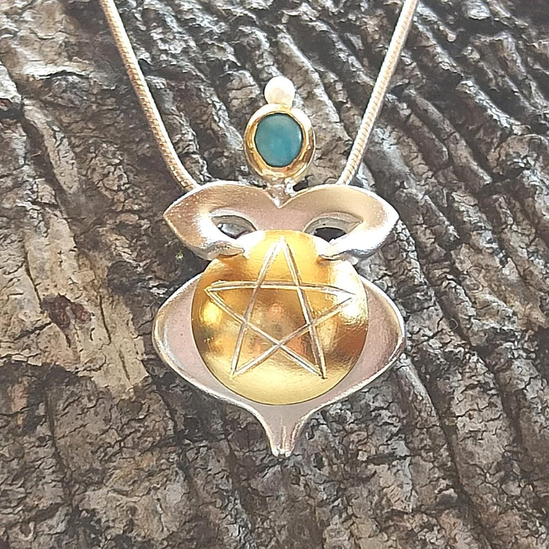 Trommlerin mit Pentagram