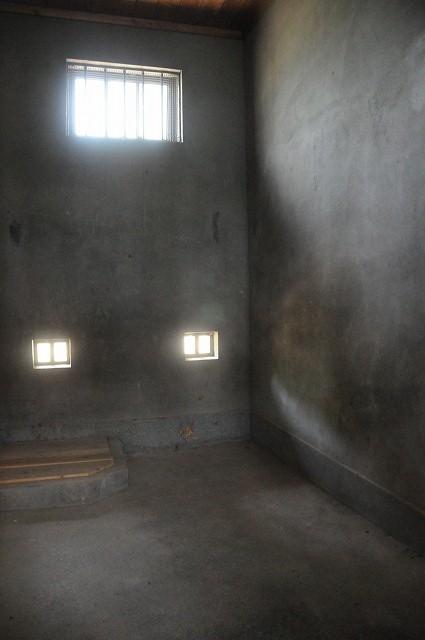 監禁室の内部。窓側。部屋は小が2つ、大が2つでした。これは小さい部屋です。