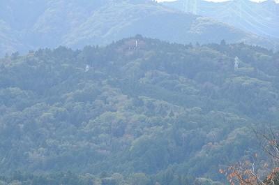 松尾山中腹の小早川秀秋の陣地跡。こんな高い所でも旗がひるがえる。