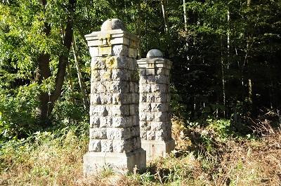 火薬庫の正門跡。ごまの資料館「胡麻の郷」近くにある。