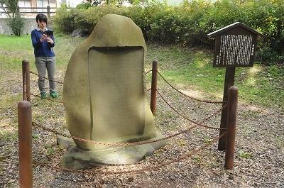東首塚に残る最古(1814年)の石碑。古戦場の荒廃を憂う文が刻まれる。