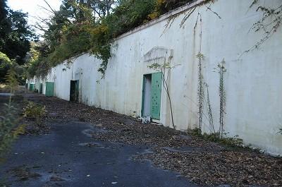 半地下式火薬庫。戦後はスケートリンクの施設としても使われた。