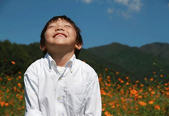 子供の笑顔を見る