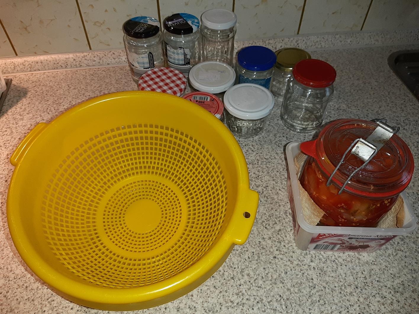 Wir sehen rechts das 6 Wochen lang mit EM fermentierte Tomaten-Zwiebel-Kräutergemisch, das in die gelbe Schüssel zum Abtropfen kommt