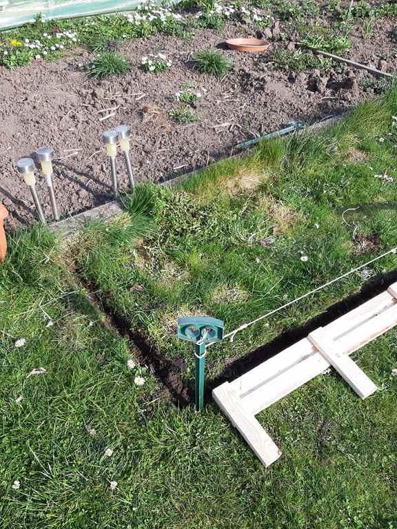 Zum Beispiel mit Naturholz - Beet-Rändern,...