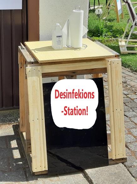 Behördlich verordnete, offizielle Desinfektions-Station - & überall Plakate (Abstand, Hygiene)