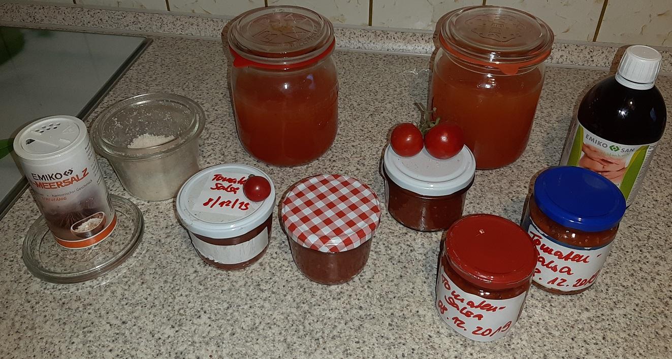 Ergebnis aus 3 1-L-Weckgläsern Ferment-Masse: pürierte Salsa wurde in kleine Portions-Gläser gefüllt, die Abtropf-Flüssigkeit wartet auf ihre Nutzung