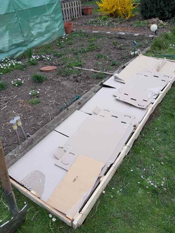 Gras vererden wir einfach, indem wir dick Pappe auflegen...