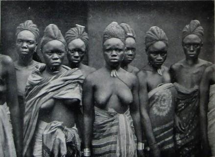 Foto del 1900 circa che mostra donne Mende con le elaborate acconciature che si ritrovano nelle maschere indossate per l'iniziazione alla società segreta Sande. (da Thomas Alldridge, The Sherbro and its Hinterland, London, 1901)