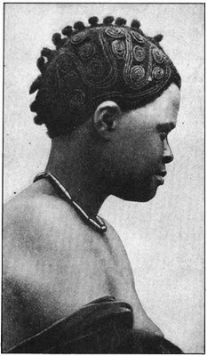 Foto storica di epoca coloniale che ritrae una donna Igbo con una caratteristica acconciatura