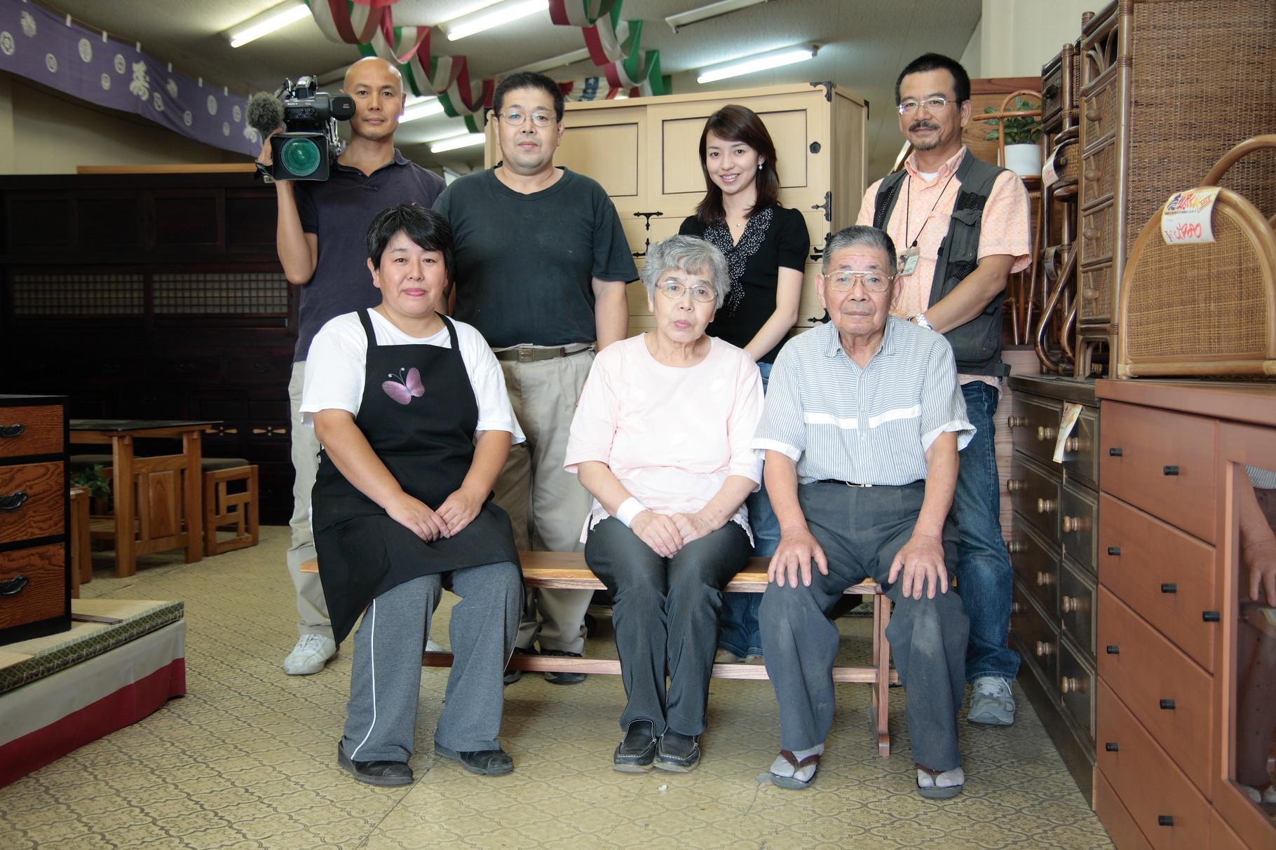 NHK撮影記念写真ですが、3代目の妻、4代目の妻杉山タンスのスタッフです。